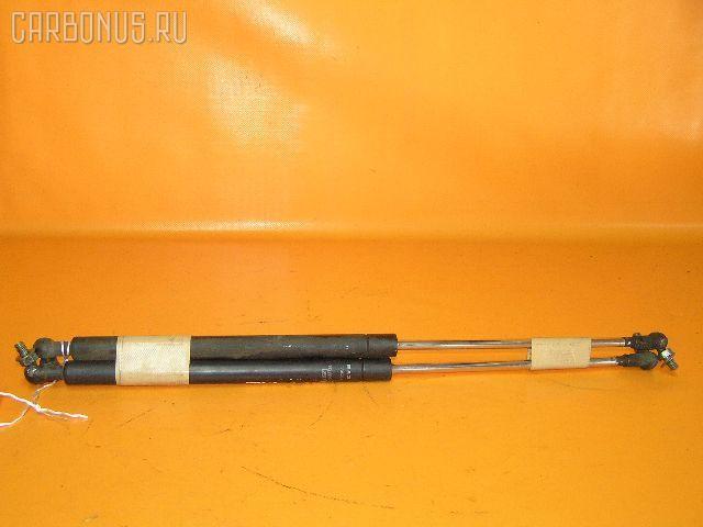 Амортизатор капота TOYOTA MARK II JZX101. Фото 1