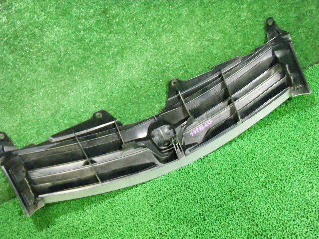 Решетка радиатора TOYOTA IST NCP61. Фото 3