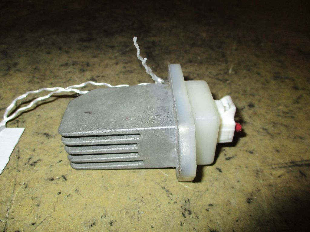 Регулятор скорости мотора отопителя на Nissan Lafesta B30 MR20DE Фото 1